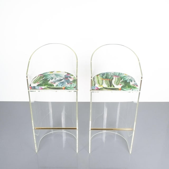 Hollywood Regency Pair of Lucite Brass Bar Stools Style Charles Hollis Jones, 1960 For Sale - Image 3 of 13