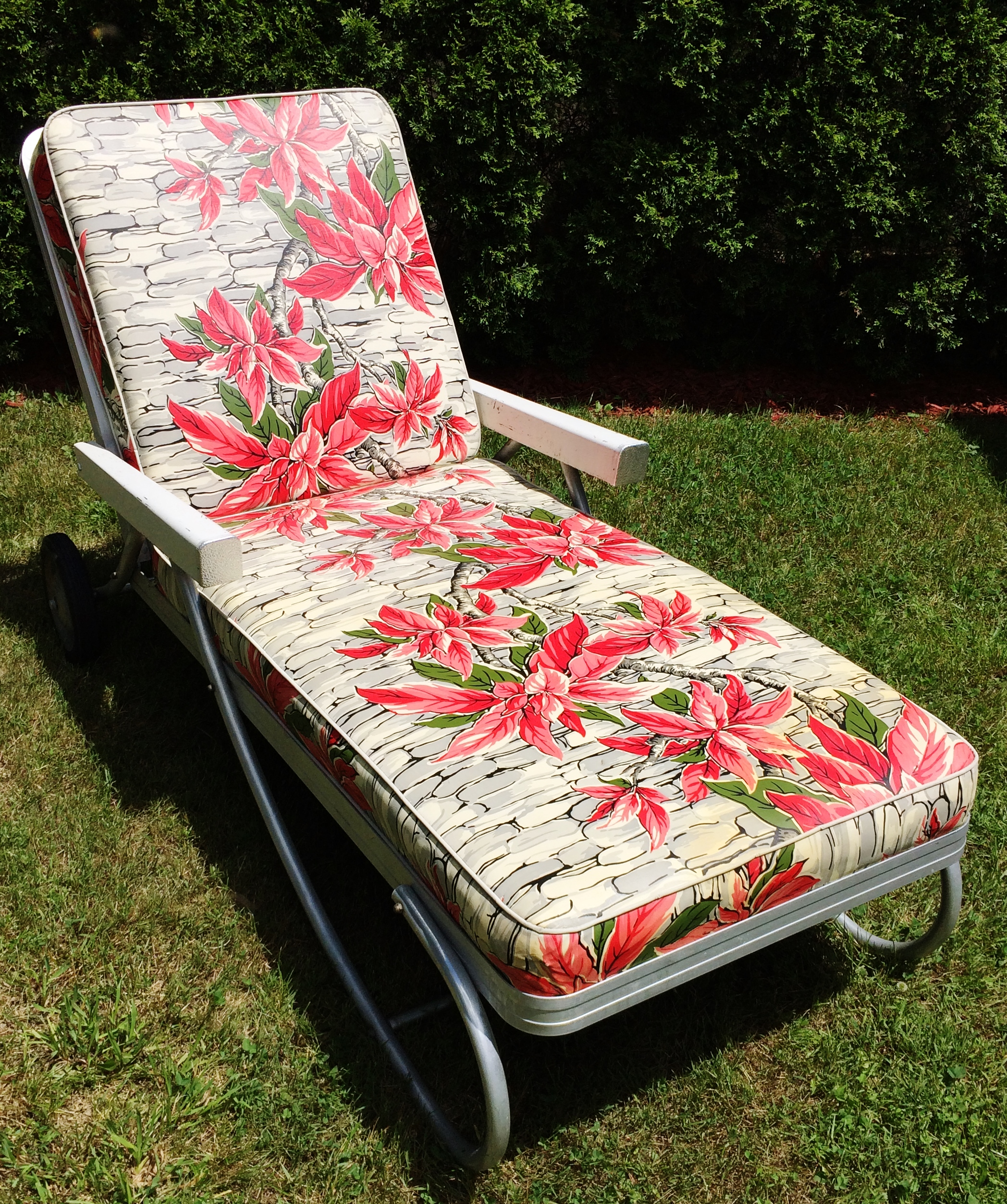 Offered Is A Beautiful Vintage Bunting Aluminum Chaise Lounge Patio Chair  With Red Floral Vinyl Cushions