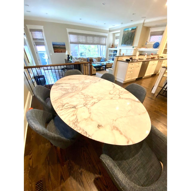 Gorgeous Authentic Knoll Saarinen Dining Table with Arabescato Marble top and white cast aluminum base. Only 3 years old...