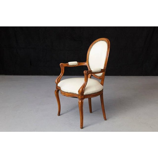 French Louis XV Style Walnut Fauteuil in Nail Trimmed Creme Leather For Sale - Image 3 of 10