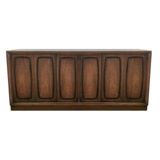 Mid Century Modern Walnut Broyhill Premier Emphasis Credenza Sideboard Buffet / MCM Media Cabinet For Sale