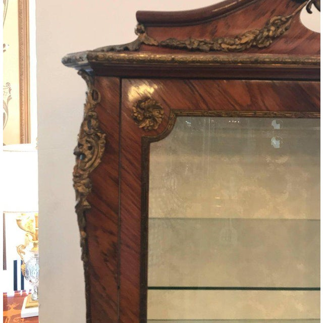French Louis XV Style Ormalu Mounted Kingwood Display Cabinet For Sale - Image 3 of 8