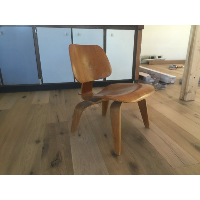 An early 5-2-5 Eames production LCW chair with label in original condition. No major issues.