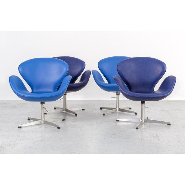 Mid-Century Modern Set of Arne Jacobsen Swan Chairs For Sale - Image 3 of 11