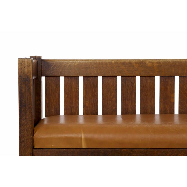 1910s Arts & Crafts Mission Oak and Leather Hall Settle Settee Sofa, Early 20th Century For Sale - Image 5 of 13