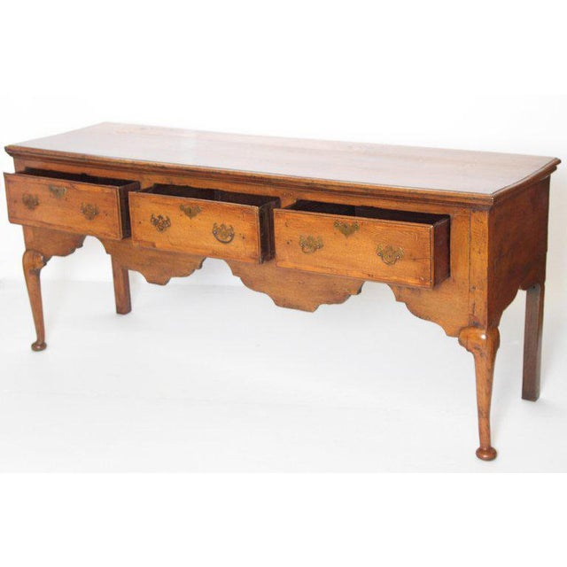 Queen Anne English Early 19th Century Oak Three Drawer Dresser Base For Sale - Image 3 of 13