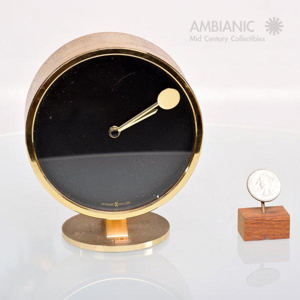 https://chairish-prod.freetls.fastly.net/image/product/sized/5ecd4445-c7c7-4b0f-837a-2bc56506b4a8/mid-century-modern-howard-miller-brass-table-clock-3583?aspect=fit&width=640&height=640