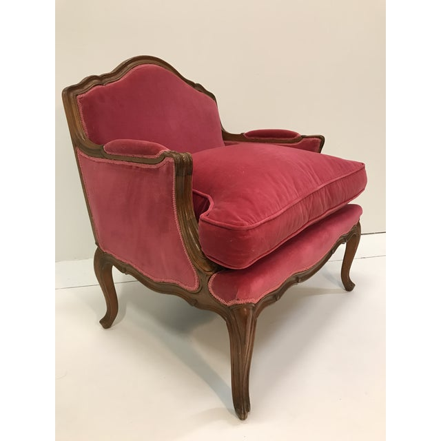 1940s Louis XV Revival Pink Velvet Vintage Country French Wide Bergere Marquise Chair Mahogany Cabriole Legs For Sale - Image 5 of 13