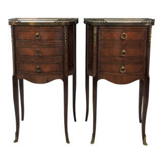 Grosfeld House Louis XV Style French Marble Top Galleried Ormolu Mounted Nightstands or Side / End Tables - a Pair For Sale