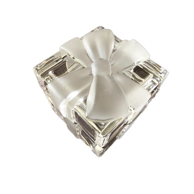 "Art Deco 3 3/4"" Tiffany & Co. Ribbon & Bow Crystal Trinket Box For Sale - Image 3 of 9"