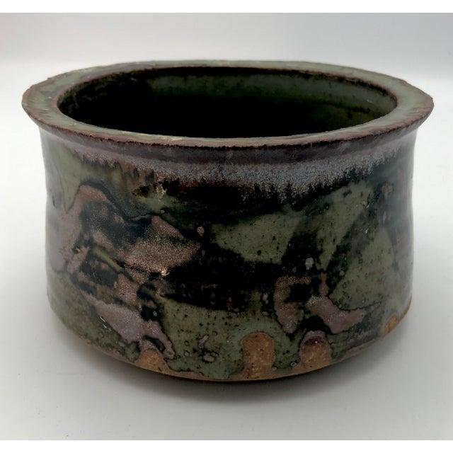 Ceramic 1980s Boho Chic Mottle Drip Glaze Signed Studio Pottery Cachepot / Bowl For Sale - Image 7 of 8