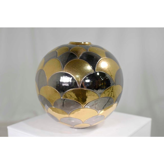 Fabulous highly reflective football sized vase by Bellini Italy. Place this on a glass shelf and train a couple of...