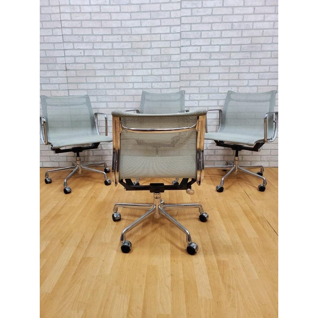 Mid-Century Modern Mid Century Modern Eames for Herman Miller Aluminum Group Chair - Set of 4 For Sale - Image 3 of 5