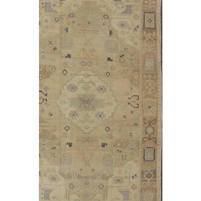 Keivan Woven Arts, En-142894, kwarugs. This stunning Turkish Oushak features an open, large-scale, geometric design on...