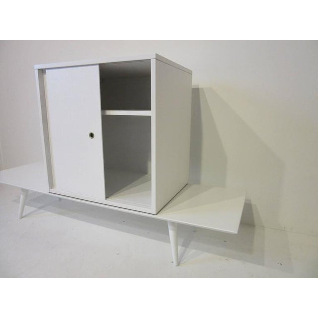 Mid-Century Modern Paul McCobb Planner Group Cabinet on Bench in Rare Factory White Finish - 2 pieces For Sale - Image 3 of 7
