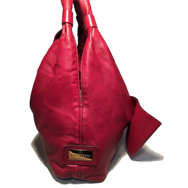 BEAUTIFUL Valentino Red Leather Bow Front Hobo Shoulder Bag in very good condition. Soft red leather exterior with an...