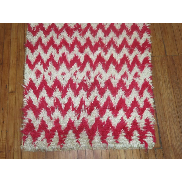 """Turkish White & Pink Shag Rug - 3'6"""" x 5'4"""" For Sale - Image 5 of 5"""
