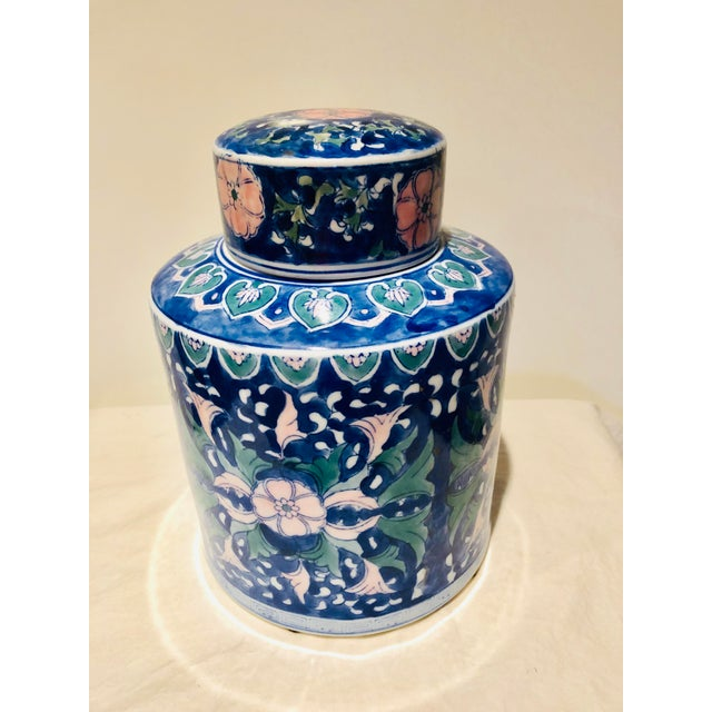 Beautiful Chinese Urn. The perfect chinoiserie touch for your decor!