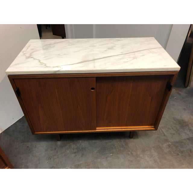 1960s Mid-Century Modern Florence Knoll Calcutta Marble Top Walnut Credenza Set- 2 Pieces For Sale - Image 11 of 13