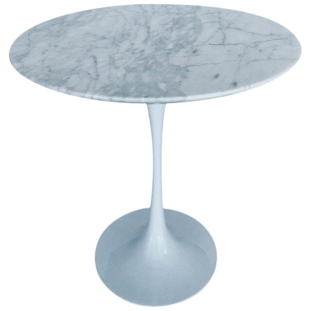 Iconic Mid-Century Modern Tulip Side Table in Carrara Marble For Sale