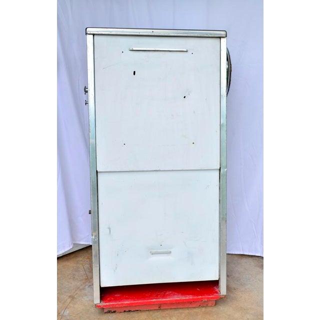 1950s Vintage Mobil Oil Pegasus Advertising Display Cabinet For Sale - Image 5 of 13