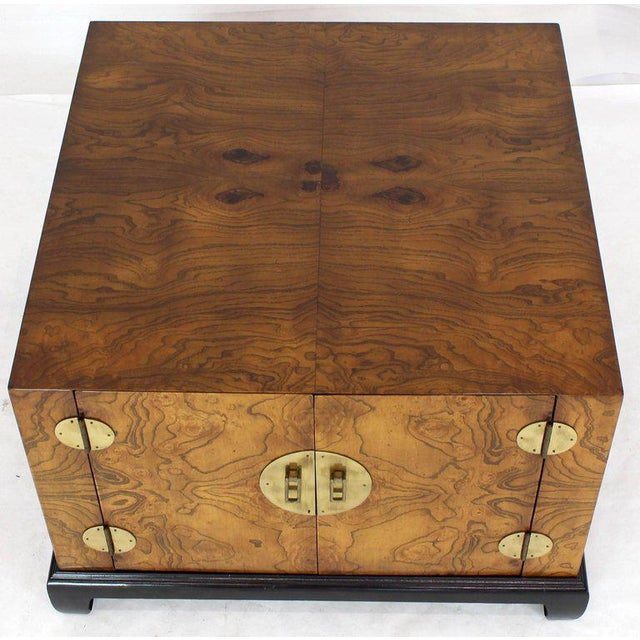 Mid-Century Modern 1970s Mid-Century Modern Burl Walnut Black Lacquer Base Brass Hardware Cube Shape End Table For Sale - Image 3 of 14