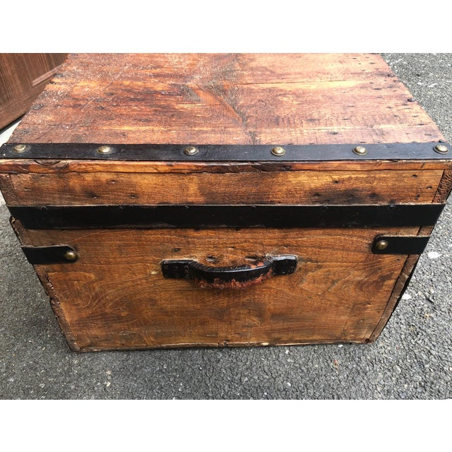 19th Century American Classical Wood and Iron Travel Trunk For Sale In New York - Image 6 of 11