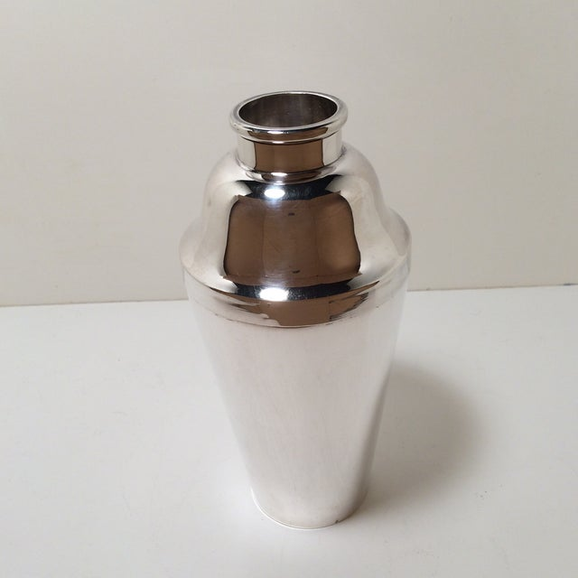 Great design with this quadruple silver plated hard soldered 2 piece cocktail shaker. It features a lift pour spout...