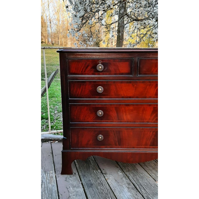 English 1980s English Georgian Style Banded Flame Mahogany Chest of Drawers For Sale - Image 3 of 13