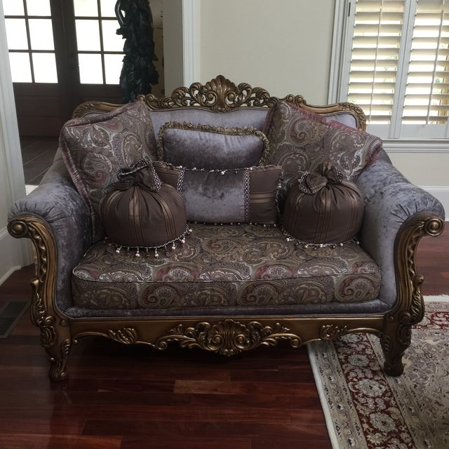 Gorgeous purple and paisley loveseat with pillows included. Perfect for the interior designer. Floor to seat is 19 inches.