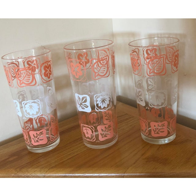 Add to your vintage bare ware collection with these fun and festive glasses. Set of 3 Mid-Century Vintage Pink and White...