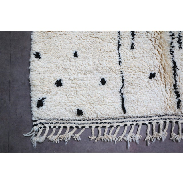 Arts & Crafts Moroccan Beni Ourain Rug-4′11″ × 7′10″ For Sale - Image 3 of 8