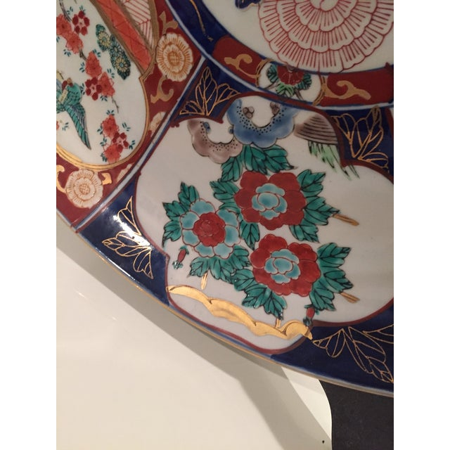 1960s Oversized Vintage Chinoisoire Hand-Painted Imari Porcelain Charger For Sale - Image 5 of 10