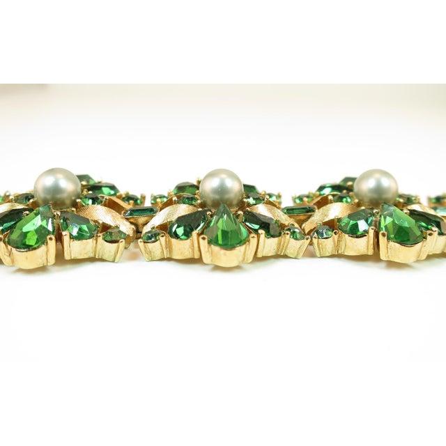 Trifari Crown Trifari Alfred Philippe Gilded Rhodium Bracelet EmErald Crystals 1950s For Sale - Image 4 of 13
