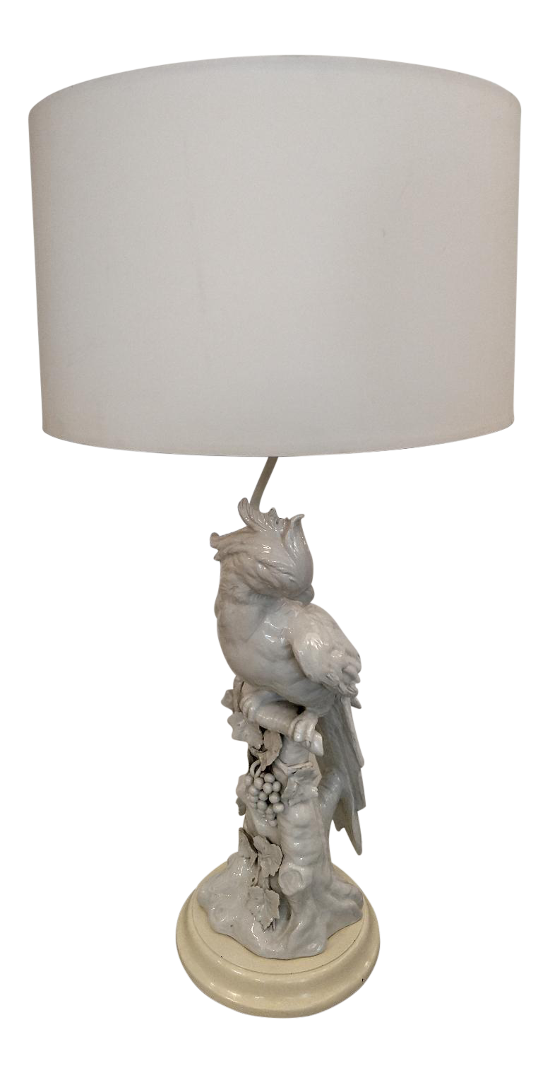 Incroyable Mid Century Hollywood Regency White Porcelain Parrot Table Lamp For Sale
