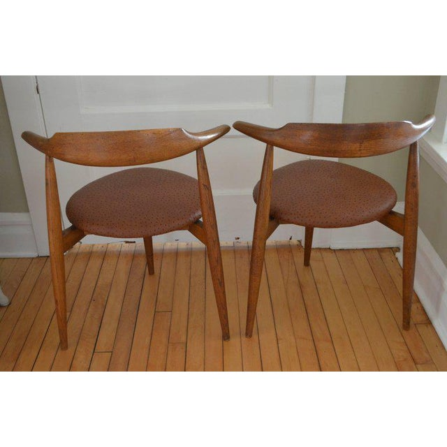 Hans Wegner heart chairs in walnut-stained oak with ostrich leather upholstery (pair). A midcentury classic for living...