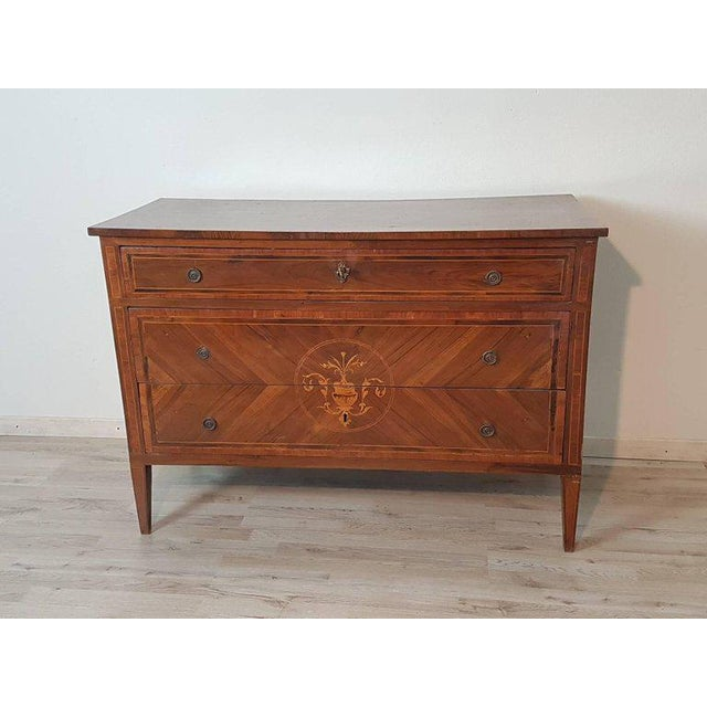 Elegant chest inlaid finely inlay to the school of Maggiolini with essences of various types full period Louis XVI of...