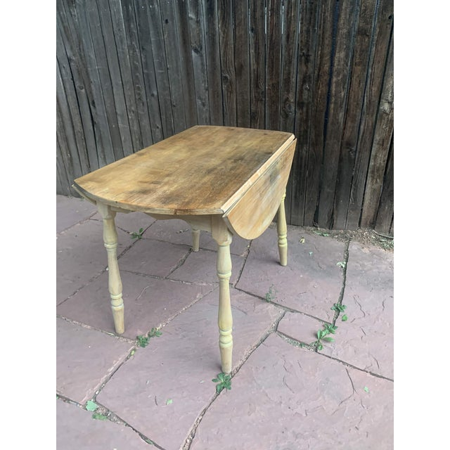 Early American Light Yellow Stained Pine Drop Leaf Dining Table For Sale In Denver - Image 6 of 13