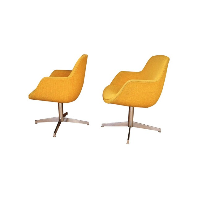 Mid-Century Modern Yellow Gold Pair Mid Century Swivel Barrel Chairs Steelcase For Sale - Image 3 of 9