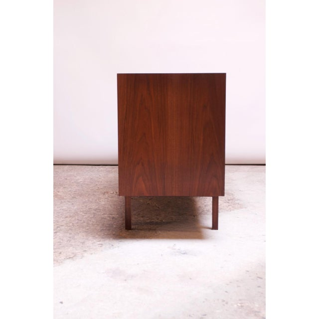 1950s Vintage Florence Knoll White Lacquer and Walnut Model 541 Credenza / Cabinet For Sale - Image 5 of 13