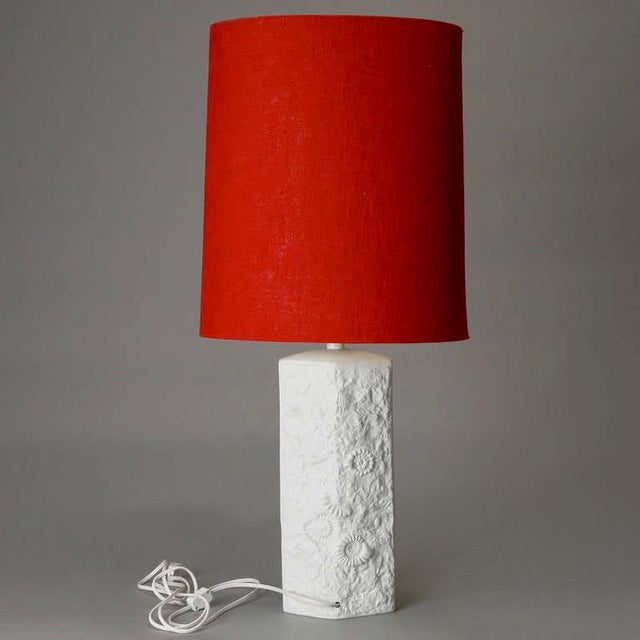 Mid Century Bisque Porcelain Sculpted Shell Table Lamp With Red Shade For Sale - Image 4 of 6