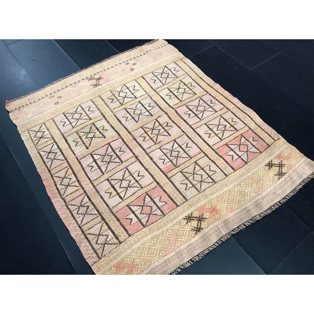 "1960s Vintage Beige Turkish Traditional Kilim Rug- 3'11"" x 4'5"" For Sale In Phoenix - Image 6 of 11"