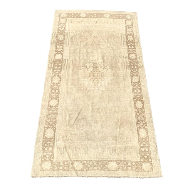 "1950's Vintage Turkish Oushak Beige Wool Rug - 4'9""x9'2"" For Sale"