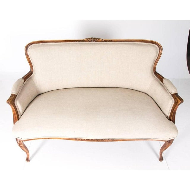 Antique Louis XV Style Walnut Settee in Ivory Linen For Sale - Image 4 of 10
