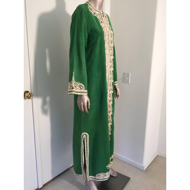 Elegant Moroccan caftan emerald green silk embroidered with white threads, circa 1970s. This long maxi dress kaftan is...