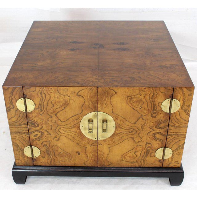 1970s Mid-Century Modern Burl Walnut Black Lacquer Base Brass Hardware Cube Shape End Table For Sale - Image 13 of 14