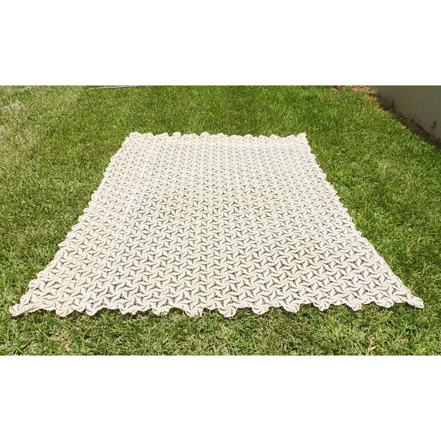1960s Hand Crocheted Ecru Pin Wheel Pattern Table Cloth or Bedspread For Sale - Image 5 of 9