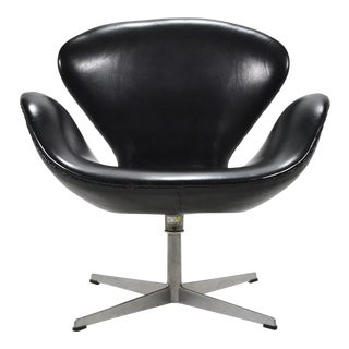 Arne Jacobsen Swan Chair in Black Leather by Fritz Hansen For Sale