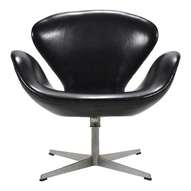 Arne Jacobsen Swan Chair in Black Leather by Fritz Hansen For Sale