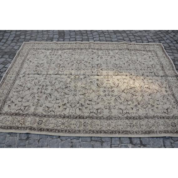Vintage Handwoven Turkish Beige Oushak Floor Rug - 5′8″ × 8′6″ - Image 4 of 6